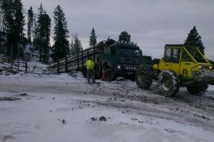Na výjazd na asfaltovú cestu bola potrebná pomoc LKT