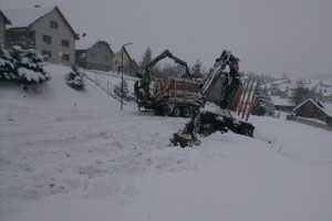 S pribúdaním snehu sa podmienky pre sústredenie drevnej hmoty na odvozné miesto zhoršili