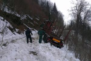 Náves aj s ťahačom sťahovalo na klzkom snehu čoraz viac pod úroveň zvážnice