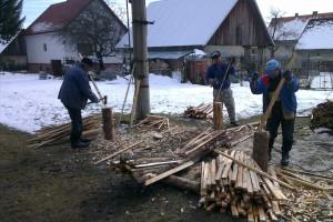 Výroba drevených kolíkov, ktoré budú použité pre jednoduchšie nájdenie stromčekov v zaburinených plochách
