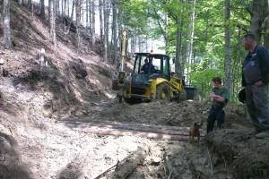 Vyťaženie veľkého množstva dreva si taktiež vyžiadalo úpravu zvážnice na viacerých úsekoch